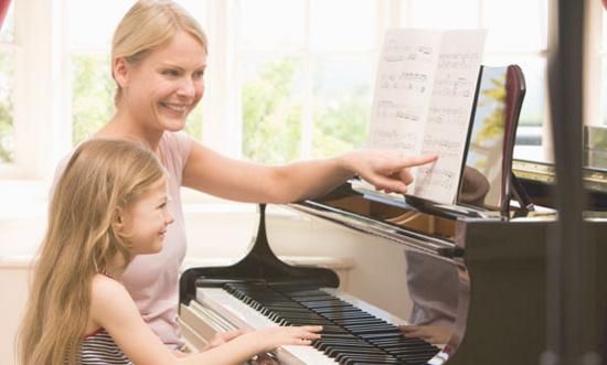 Theo các nhà nghiên cứu, những người bắt đầu học nhạc từ sớm, khoảng 7 - 8 tuổi,  có lợi thế hơn vì quá trình học trùng với một thời kỳ phát triển then chốt của bộ não.