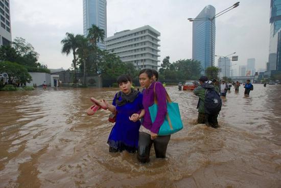Trung tâm thành phố Jakarta chìm trong nước vào ngày 17/1.