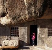 Video: Làm nhà dưới tảng đá