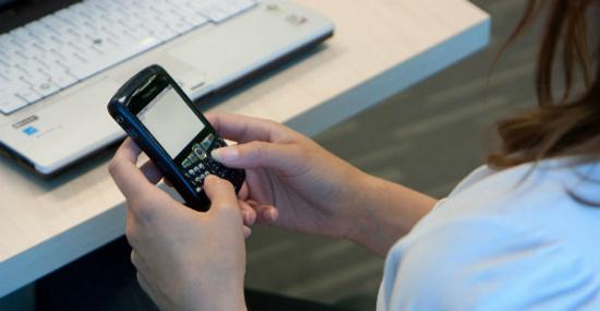 Sự phổ biến của các loại điện thoại thông minh khiến  mọi người ít quan tâm hơn tới người thân và bạn bè.