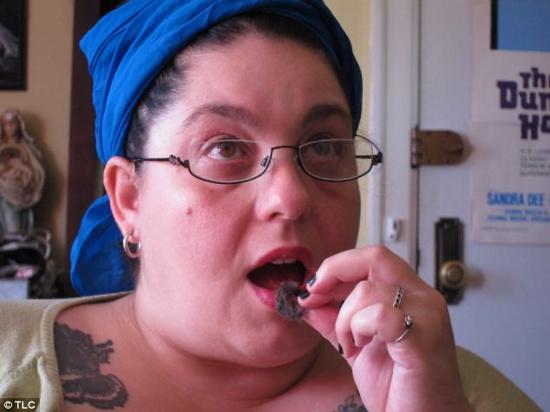 Cô Lisa bắt đầu nghiện ăn lông mèo cách đây 15 năm.