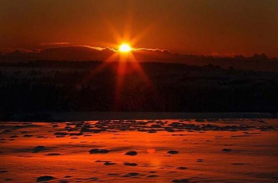 Mặt trời lấp ló sau những đám mây, đánh bật cái giá lạnh của mùa đông.