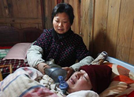 Bà Wang Lanqin, mẹ của Fu Xuepeng, cùng chồng, hai con gái và hai con rể thay phiên nhau bóp bóng trợ thở để đưa oxy vào khí quản của con