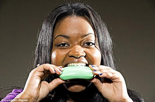 Cô gái 19 tuổi ăn xà phòng như ăn kẹo