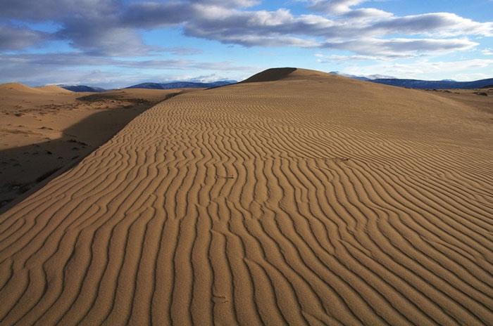 Ảnh đẹp: Kỳ lạ vùng sa mạc nằm giữa các núi băng ở Nga
