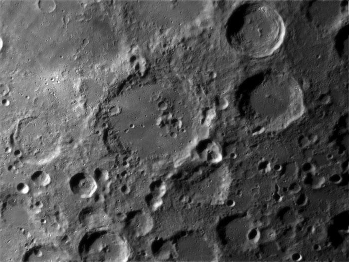 Trên Mặt trăng nhiều miệng núi lửa khổng lồ
