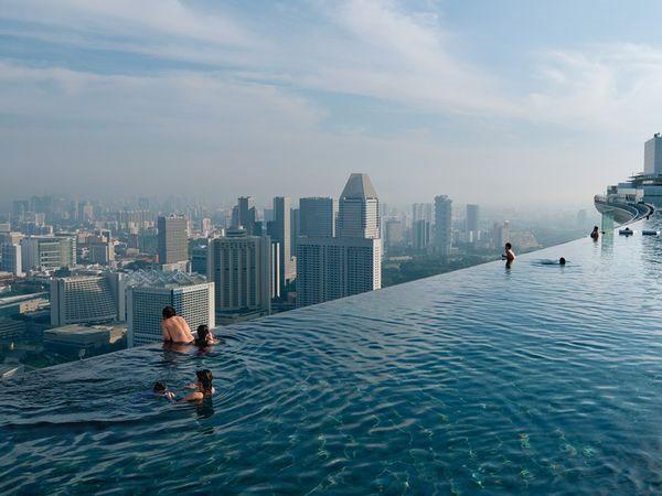 Bể bơi vô cực ở Vịnh Marina, Singapore. Từ đây, bạn có thể nhìn thấy toàn cảnh hòn đảo xinh đẹp này