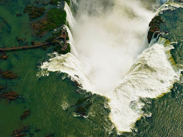 Khung cảnh hùng vĩ của thác nước Iguazu, nằm ở biên giới giữa Brazil và Argentina.