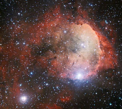 Kính thiên văn tại Trung tâm quan sát vũ trụ Southern của châu Âu ở Chile đã ghi được hình ảnh vùng ngôi sao đang hình thành trong tinh vân NGC 3324. Vùng có màu đò là những đám vật chất và khí ga phát ra từ các ngội sao trẻ mới hình thành.