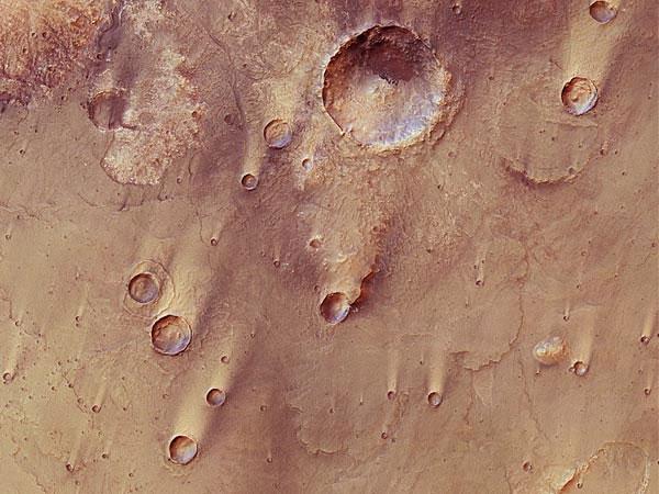 Hình ảnh mới nhất gửi về từ tàu thăm dò sao Hỏa Express của Cơ quan vũ trụ châu Âu (ESA) cho thấy những miệng hố lớn ở khu vực Syrtis Major, gần xích đạo của hành tinh đỏ. Khu vực này rộng khoảng 1.300 đến 1.500km và có thể dễ dàng quan sát bằng kính thiên văn thông thường trên Trái đất.