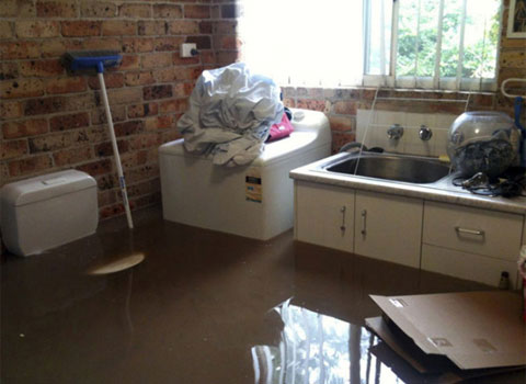 Đồ đạc nổi lên trong một ngôi nhà bị ngập nước.