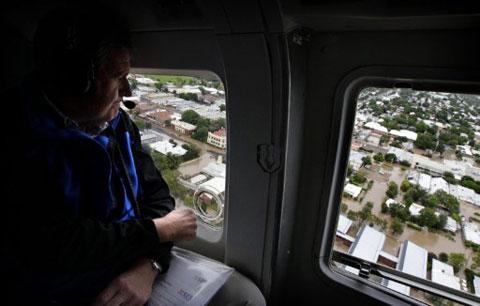 Thống đốc bang New South Wales, ông Barry O'Farrell, thị sát khu vực ngập lụt bằng trực thăng. Quân đội đã được điều động để hỗ trợ các nhu yếu phẩm cho người dân những nơi bị lũ cô lập.