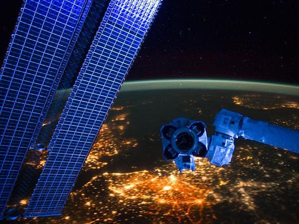 Những tấm pin mặt trời cánh tay robot của Trạm không gian quốc tế (ISS) trên bầu trời đêm rực sáng của châu Âu. Hình ảnh được chụp bởi một phi hành gia trên trạm ISS.