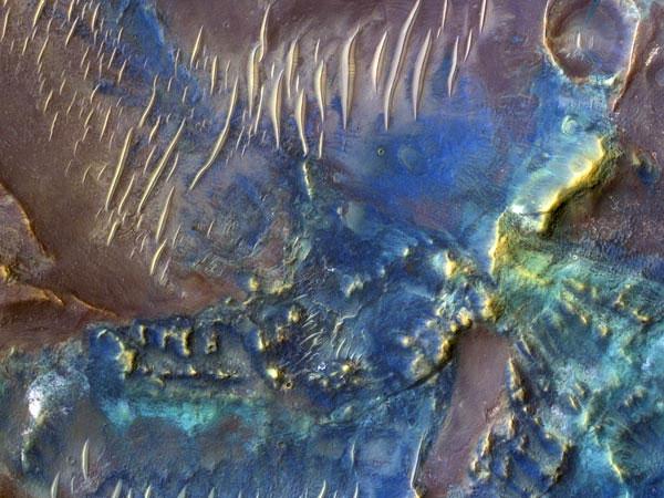 Cận cảnh miệng hố lớn Toro trên sao hỏa được ghi lại bởi camera HiRISE trên tàu thăm dò sao Hỏa Reconnaissance của Cơ quan vũ trụ Mỹ (NASA). Hình ảnh cho thấy đáy của hố Toro rất đa dạng về khoáng chất. Những phần màu xanh là pyroxene và olivin, trong khi, màu ấm hơn là đất sét và các khoáng chất khác.