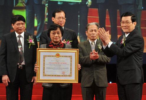 Chủ tịch nước trao chứng nhận giải thưởng cho đại diện các công trình khoa học.