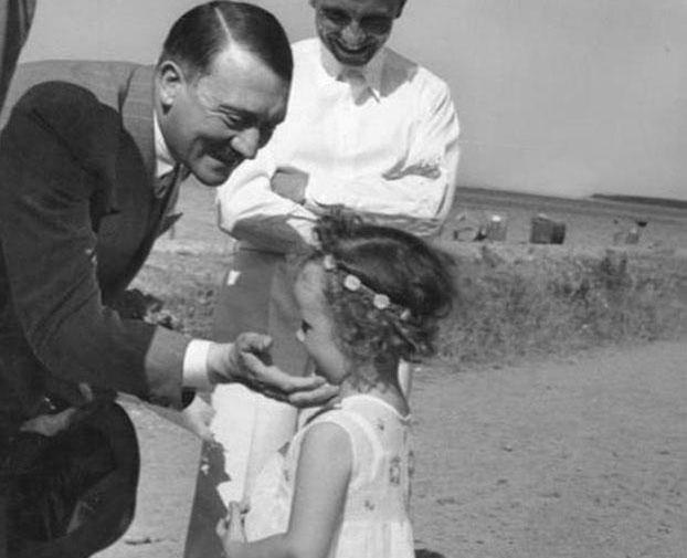 Hitler chụp ảnh cùng con gái của Bộ trưởng tuyên truyền đế chế Đức Joseph Goebbels năm 1933.