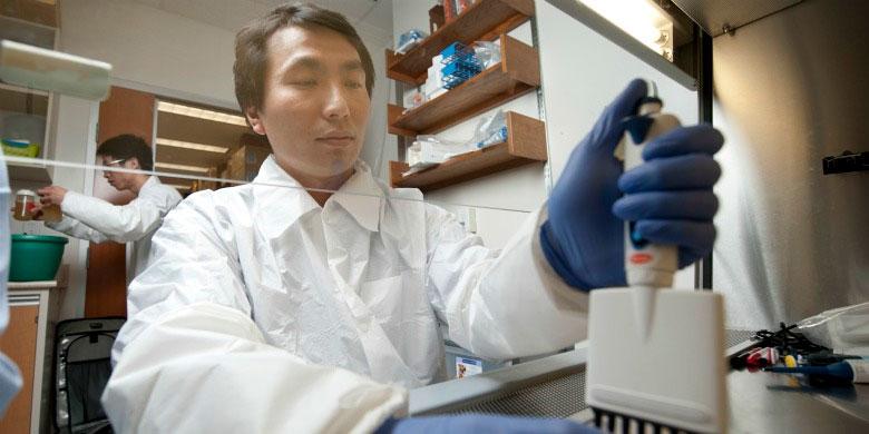 John Law, nghiên cứu viên nhóm phát triển mẫu vắc xin viêm gan C trường Đại học Alberta, Canada.
