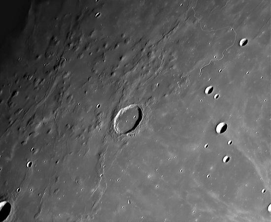 Lỗ thủng có tên Hills Marius (giữa ảnh) trên bề mặt Mặt trăng.
