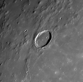 Lỗ thủng Mặt trăng là của người ngoài hành tinh?