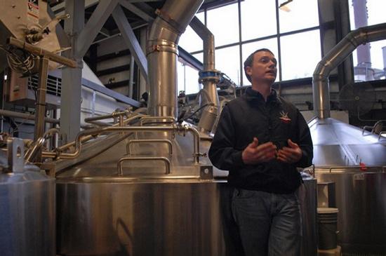 Kỹ sư Brandon Smith, người quản lý đội ngũ kỹ thuật và vận  hành hệ thống sản xuất bia của Alaskan Brewing.