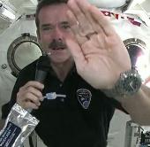 Video: Rửa tay trên vũ trụ