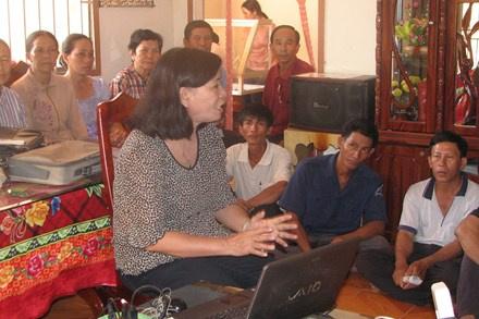 TS Lộc hướng dẫn cách sử dụng chế phẩm Ometar cho nông dân.