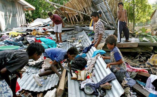 Trẻ em ở Solomon đi tìm thức ăn sau trận sóng thần.