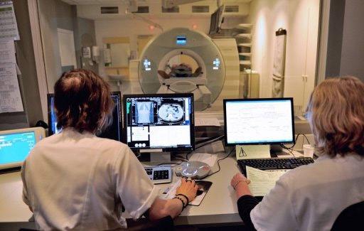 Một bệnh nhân được đưa vào máy Scanner hôm 06/02/2013 tại một đơn vị y tế chuyên điều trị ung thư ở Pháp