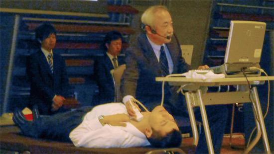 Giáo sư Shinichi Suzuki đang kiểm tra tuyến giáp cho các em ở địa phương đã tiếp xúc với thảm họa nhà máy điện hạt nhân.