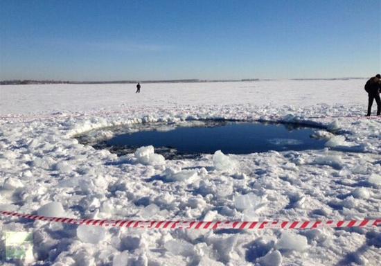 Miệng hố do thiên thạch tạo ra trên băng trong vùng dọc dãy nũi Uran, nước Nga.