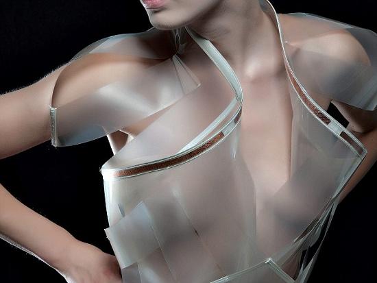 Ngoài da thuộc, váy còn được tạo nên từ các mảng sợi thông minh, sử dụng các công  nghệ không dây, điện tử học, đèn LED, đồng và vật liệu dẫn truyền khác.
