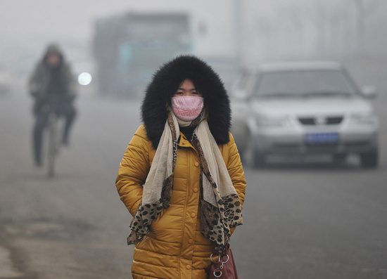 Khói mù làm giảm tầm nhìn tại thành phố Đường Sơn, tỉnh Hà Bắc, Trung Quốc hôm 17/2.