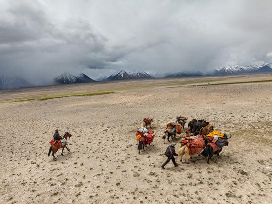 Những người dân du mục nơi đây chủ yếu sống nhờ đàn gia súc, do đó hàng ngày họ phải di chuyển cùng đàn gia súc của mình đi khắp khu vực để tìm kiếm thức ăn và nguồn nước.