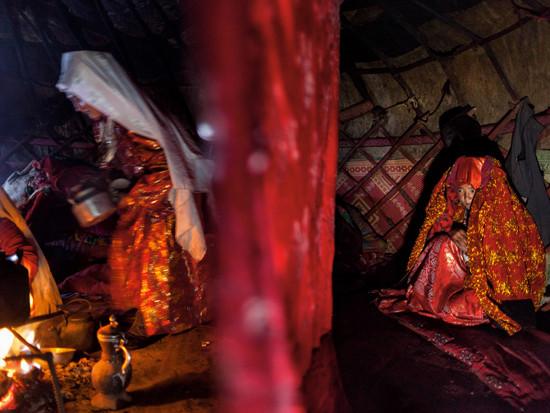 Những thiếu nữ người Kyrgyz sẽ sớm thay tấm mạng che mặt màu đỏ thẫm thời thơ ấu của mình bằng những chiếc khăn chùm màu trắng của người vợ.