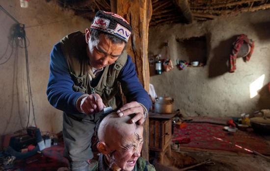 """Cha của Khairuddin hy vọng rằng việc cạo trọc đầu cho con trai mình và đưa tóc của cậu đến """"một nơi sạch sẽ"""", như là một dòng sông băng chẳng hạn, sẽ giúp chữa khỏi chứng đau đầu dai dẳng cho cậu bé!"""