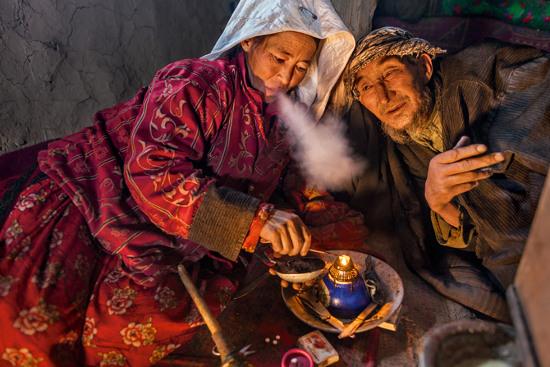 Abdul Metalib và người vợ Halcha Khan của ông bắt đầu hút thuốc phiện sau khi mất đi những đứa con trai, lần lượt 11 người con của họ đã chết trước khi đủ 6 tuổi!