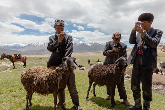 Những người chăn cừu Kyrgyzstan rất yêu thích điện thoại di động, một trong những thứ quý giá mà họ trao đổi được. C