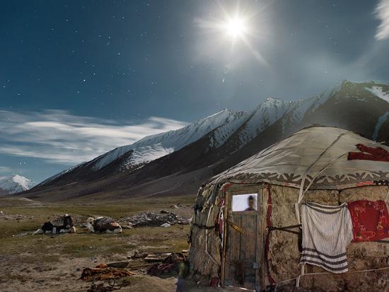 Những con bò Tây Tạng được đắp chăn nằm phủ phục bên ngoài lều của một đôi vợ chồng trẻ vào đêm trước chuyến đi để buôn bán trao đổi vào mùa hè.