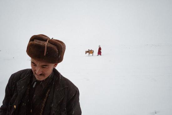 Hajji Roshan Khan, người đàn ông Kyrgyz 32 tuổi đang chờ vợ đi lấy nước cùng với con lừa của gia đình trở về vào một ngày đông lạnh giá.