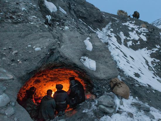 Hình ảnh những người đàn ông Kyrgyzstan đang tìm kiếm nơi trú ẩn trong một cái hang nhỏ xíu.