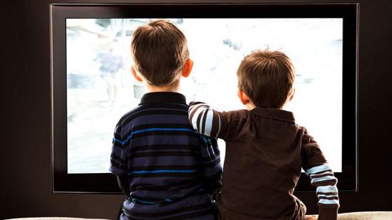 Các nhà khoa học cho rằng trẻ không nên xem tivi quá hai giờ mỗi ngày.