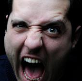 Gương mặt thể hiện tính hung hăng của đàn ông