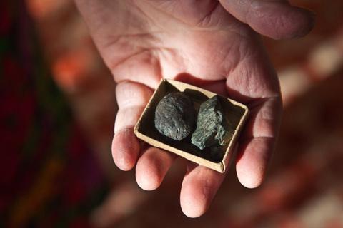 Bà Aleksandra Gerasimova cho xem mảnh thiên thạch mà bà tìm được.