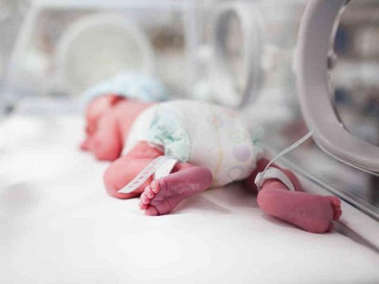 Trẻ sinh non được nuôi dưỡng trong lồng ấp
