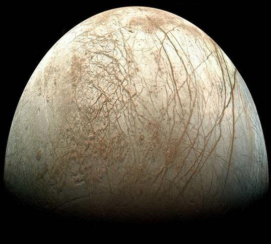 Bề mặt đầy băng của Mặt trăng Europa.