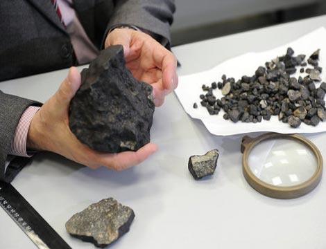Các nhà khoa học thuộc trường đại học liên bang Ural đã tìm được một mẩu thiên thạch nặng hơn 1kg. Đây là mẩu thiên thạch lớn nhất được tìm thấy trong vụ nổ thiên thạch tại khu vực Chelyabinsk vào hôm 15/2.