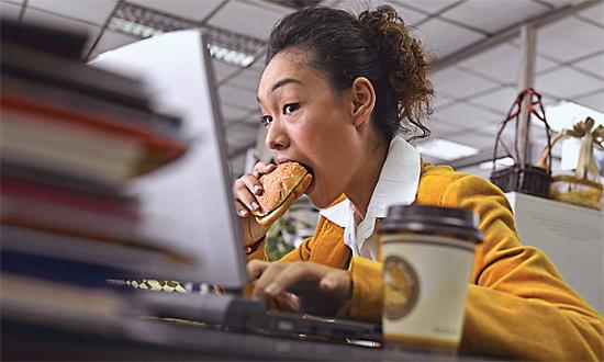 Việc ăn trưa tại bàn khiến nơi làm việc của bạn bẩn hơn cả bệ xí.