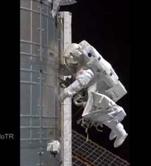 Phi hành gia gặp sự cố khi đi bộ trong vũ trụ