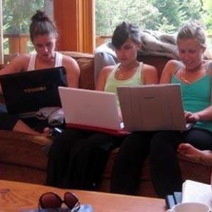 Phụ nữ thống trị Internet, tại sao?
