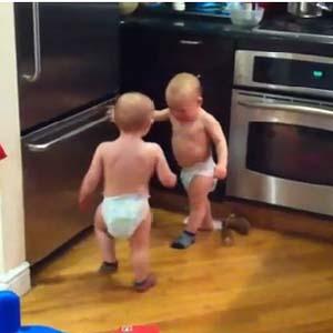 """Clip tranh luận vui nhộn của 2 """"nhóc con"""" hot trên Youtube"""